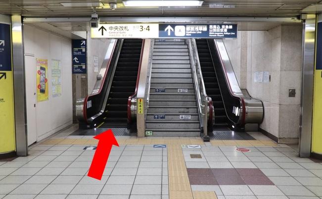 ホームから階段、エスカレータで登り、1階改札口へ行きます。