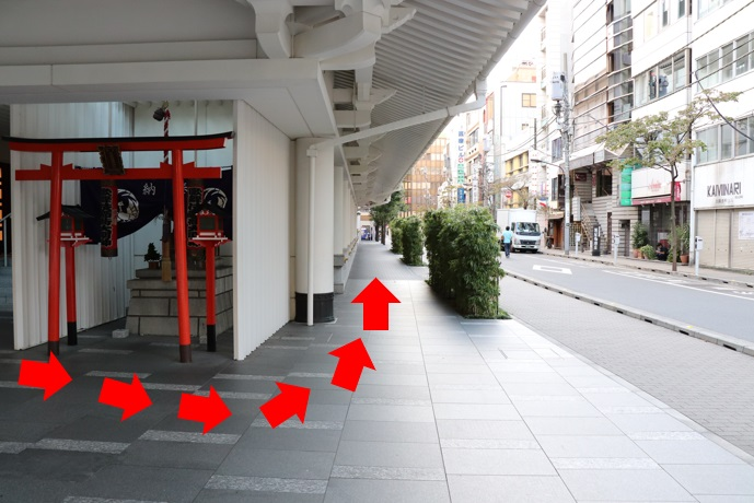 歌舞伎座を左手に50メートルほど右側を歩きます。