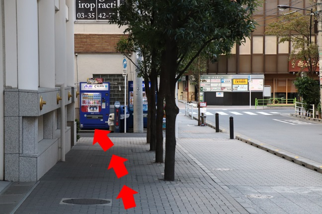 青い自動販売機の所で左の小道に入ります。(松屋通りという大通りまで行くと行き過ぎてしまいます)