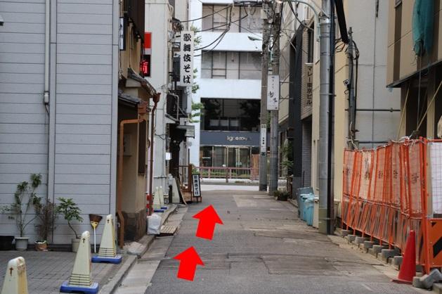 そば屋さんを超えて、左側に赤い扉のビルが見えてきます。