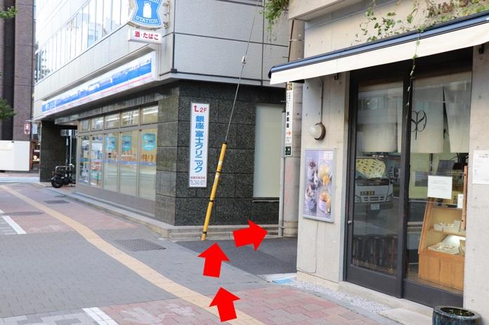 昭和通りを右側に(歌舞伎座タワーを右手に)30メートルほど歩いていきますとローソンが見えてきます。ローソンの手前を右に曲がり、小道に入ります。