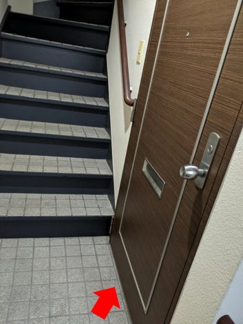 階段をまっすぐに登りつめて、右側のドアを開けてください。