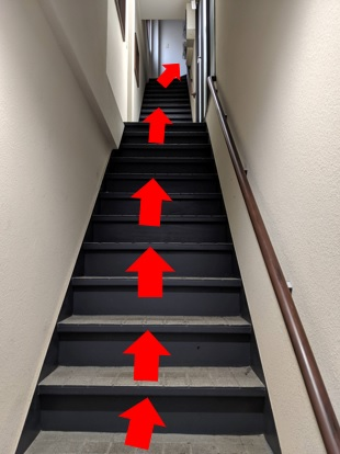 赤い扉を開けるとまっすぐに階段が連なります。一気に3階まで登っていただきます。