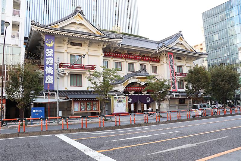 階段を上ると右手に晴海通りが横切り、歌舞伎座の正面が見えます。